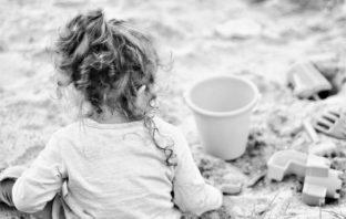 Malé dítě na pískovišti